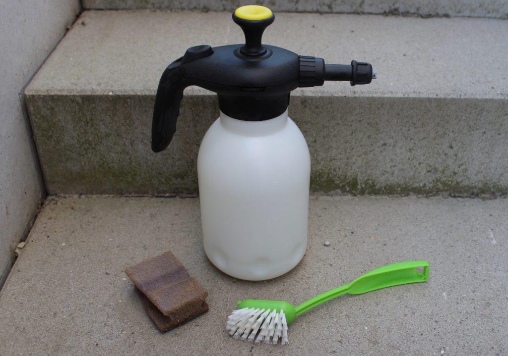 Grünbelag mit Hausmitteln entfernen