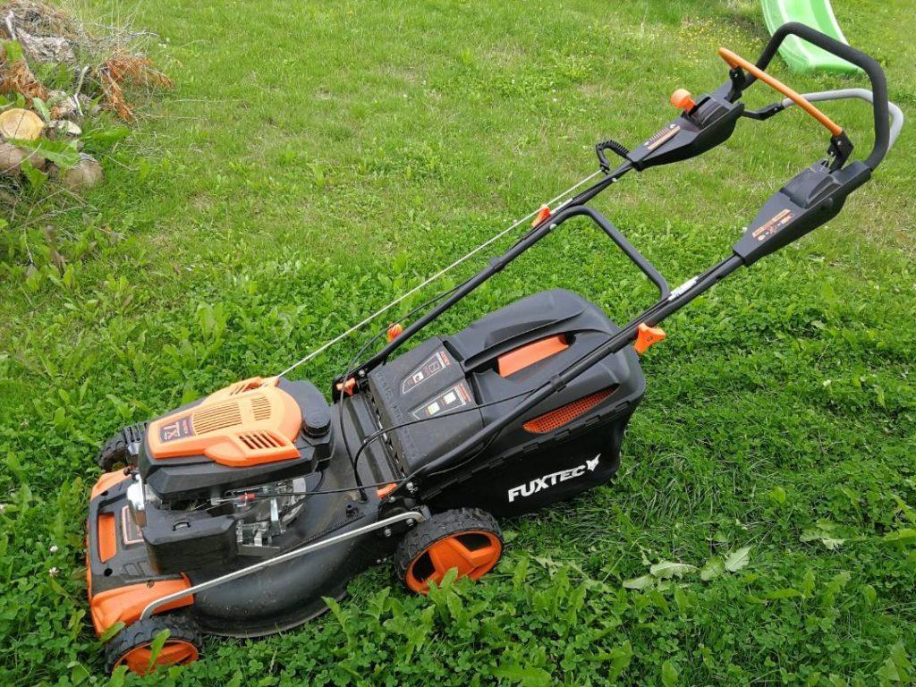 Rasenpflege mit Rasenmäher von Fuxtec